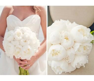 Белоснежный букет из пионов для невесты
